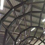 La struttura reagisce in modo differenziato e flessibile alle sollecitazioni meccaniche, risultando antisismica, e a quelle metereologiche, agendo da equilibrio climatico. E' costituita da una nervatura di alluminio o legno e pannelli d'isolamento termico. Ha sostegni verticali e arcate dalle curve spezzate.
